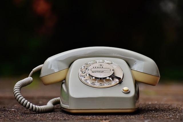 starý telefon na zemi