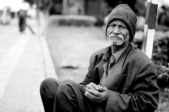 přemýšlející bezdomovec