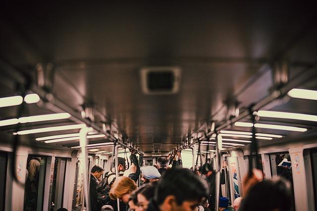 lidé ve vlaku