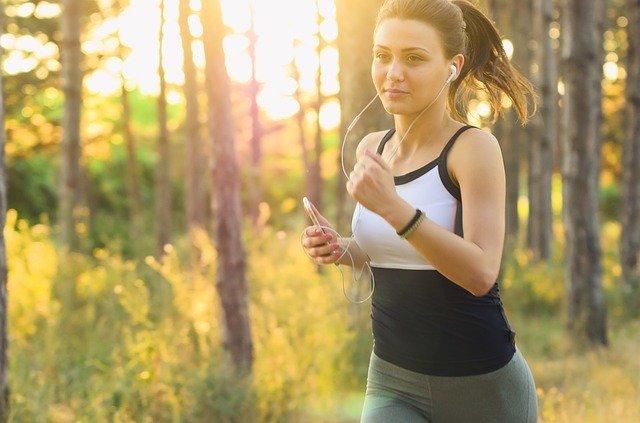 běžkyně se sluchátky